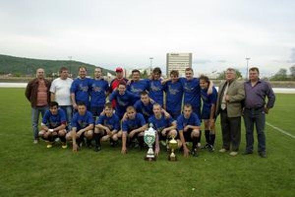 Víťaz pohára. TJ DP Košarovce majú doma druhú pohárovú trofej.
