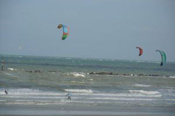 """Kitesurfing. Šport, ktorý spočíva v jazde po vode na špeciálnom """"prkne"""" s využitím ťažného draka."""