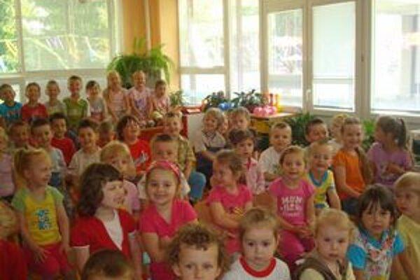 Deti pri sledovaní vystúpenia. Divadlo sa im páčilo.