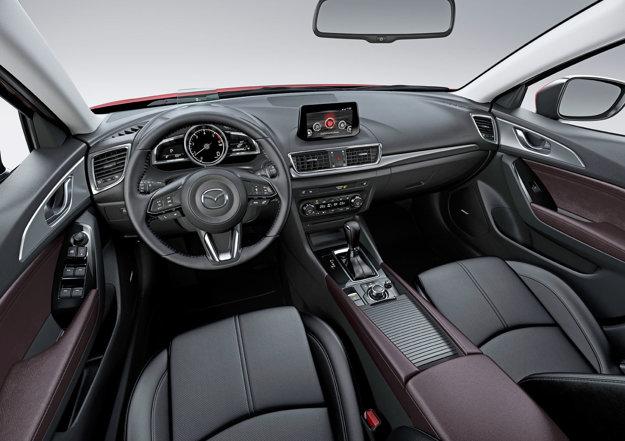 V interiéri prešiel modernizáciou head-up displej aj volant