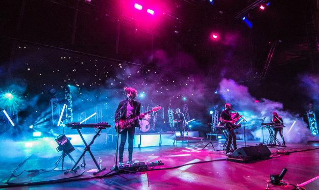 Pódium pri koncerte francúzskej kapely M83 pripomínalo vesmírnu loď.