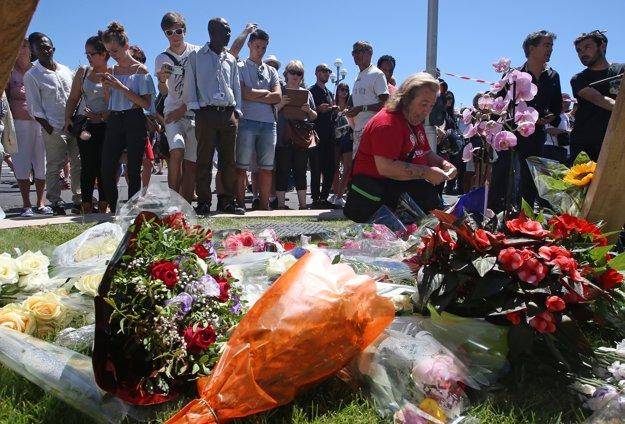 Ľudia sa schádzajú na bulvári, kde došlo k útoku.