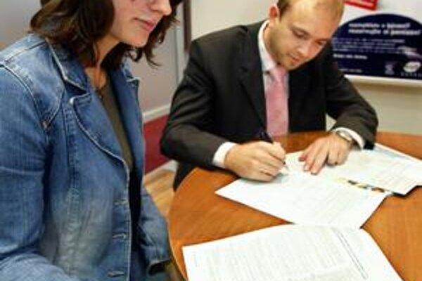 Klienti si pri podpise zmluvy všímajú hlavne úrokovú sadzbu.
