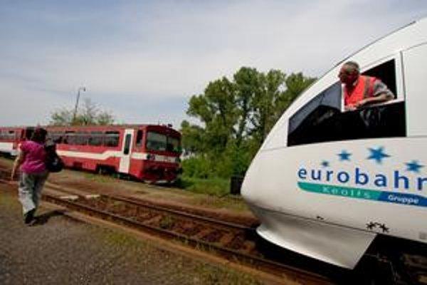 Nový vedľa starého. Na snímke vpravo je súprava Talent českej firmy RegioJet a červený vlak typu 812, ktorý dnes na regionálnej linke využíva štátny dopravca.