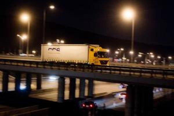 Kamióny vraj čoskoro nebudú môcť jazdiť po cestách druhej a tretej triedy. Neskôr ich čaká mýto na viacerých úsekoch.
