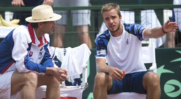 Miloslav Mečíř (vľavo) debatuje s Andrejom Martinom počas zápasu proti Maďarsku.