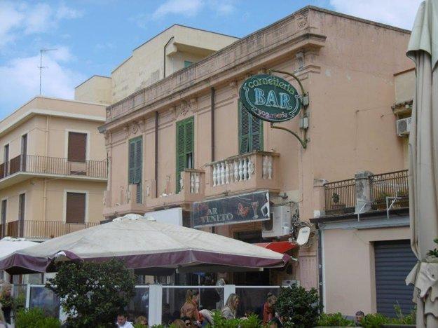 Námestie a kaviareň v meste Tropea