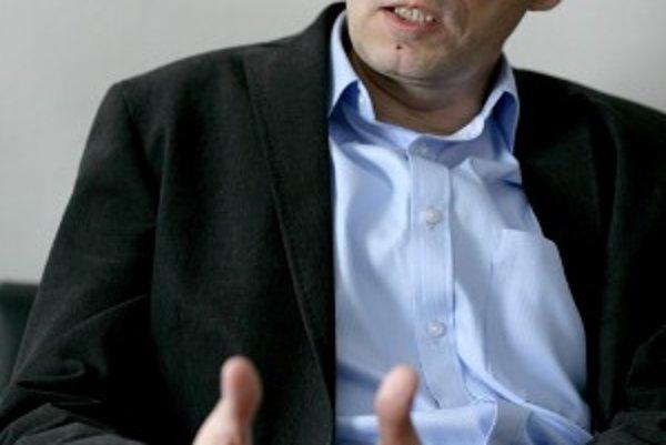 Riaditeľom Letiska M. R. Štefánika sa stal Maroš Jančula na ponuku ministra dopravy Jána Figeľa (KDH). Krátko pred uvedením do funkcie pracoval niekoľko mesiacov ako šéf Útvaru odborného vyšetrovania leteckých nehôd na ministerstve dopravy pod vedením Ľub