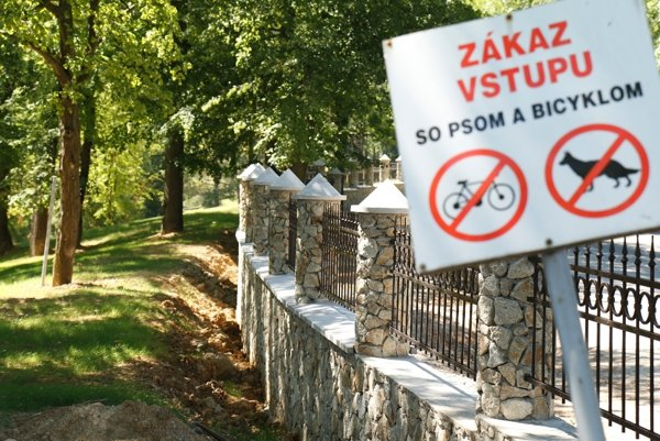 Zákazové tabule nezabrali. Porušovanie pravidiel vyriešili kúpele múrom s kovaným plotom.