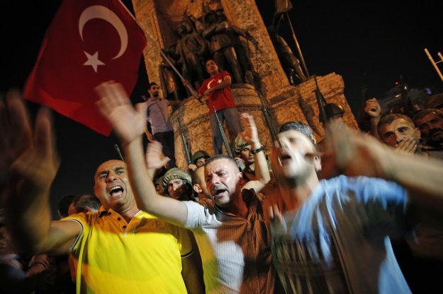 Prívrženci prezidenta Erdogana v uliciach.
