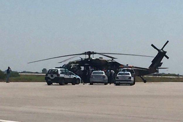 Grécka polícia stojí pri tureckej helikoptére Black Hawk.