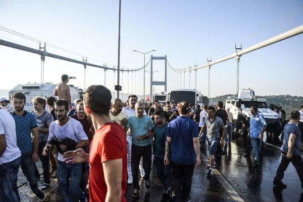 Ľudia protestujú na moste cez Bospor.