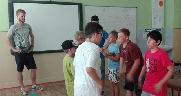 Wes svojich zverencov v tábore naučil zaujímavé hry.