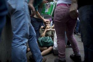 Irama Carrero odpadla počas čakania v dlhom rade. Pomohli jej ľudia, ktorí čakali spolu s ňou.