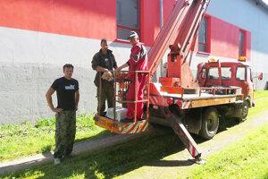 Ochranári a pracovníci námestovských Technických služieb zachraňovali dravca.