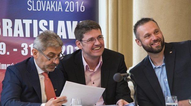 Zľava viceprezident Slovenského zväzu hádzanej Ernö Kelecsényi, predseda organizačného výboru MS Peter Brunovský a reprezentačný tréner kadetiek SR Ján Beňadik.