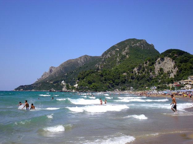 Pláž Glyfada na ostrove Korfu.