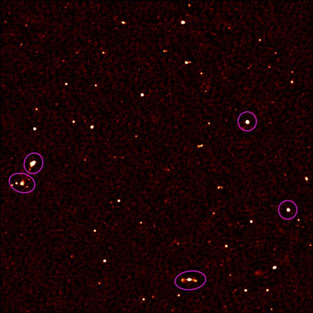 Oblasť veľkosti Mesiaca obsahuje viac ako 190 nových astronomických objektov. Tie, ktoré sme poznali už predtým sú označené fialovým krúžkom.