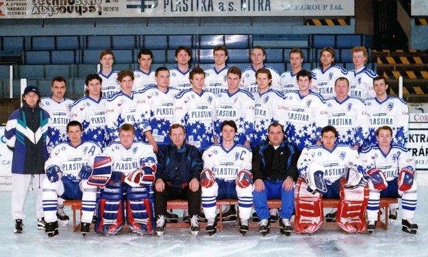 Mužstvo Nitry zo sezóny 1996/97 pod vedením trénerov Hegyiho a Chlebca.