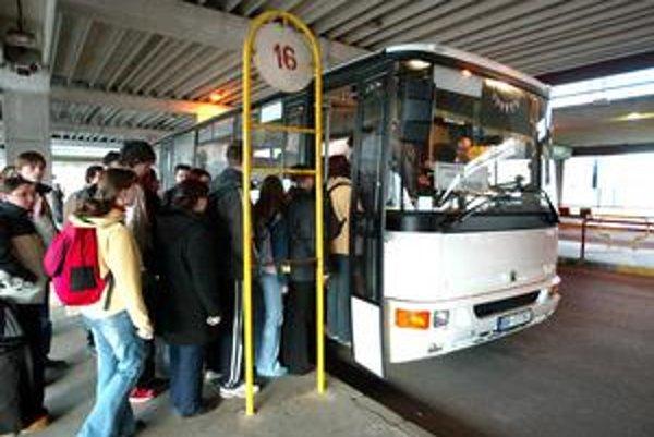Na tú istú trasu uplatňujú župy aj rozdielne cestovné. Po zmenecien sa oplatí skontrolovať, či nie je výhodnejšie kúpiť lístok u dopravcu z iného kraja.