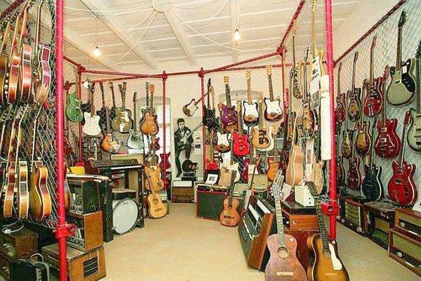 Gitarové múzeum v Sobranciach. Ukrýva neuveriteľných 1 100 exponátov.