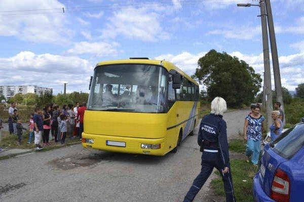 Autobusy pre rómske deti. Smerujú z Mlynskej ulice na Moskovskú.