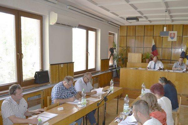 Mestskí poslanci. Schválili nové uznesenie o čerpaní konsolidačného úveru.
