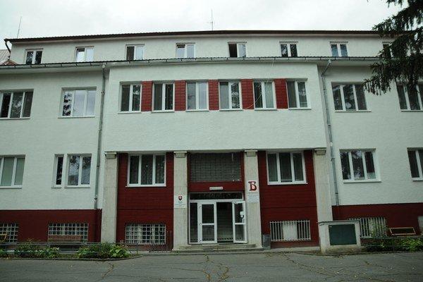 Regionálna nemocnica s poliklinikou v Sobranciach. V areáli sa nachádzajú pozemky, ktoré sú dlhodobo nevyužívané.