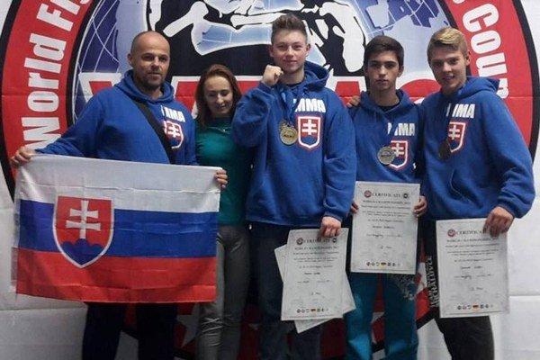 Slovenská vlajka na stupni víťazov vďaka Michalovčanom. Z Hagenu si  priviezli cenné kovy Samuel Liška, Kristián Kudráč a Marco Lazar (sprava). Vľavo ich tréner Tibor Šimonič.