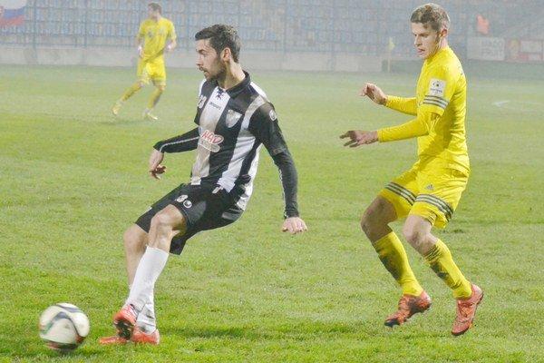 Milan Šimčák naháňa Erika Daniela. V závere ho však neubránil a Myjavčan dal víťazný gól.