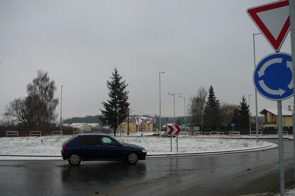 Michalovské cesty. Cestári sú na zimu pripravení.