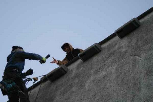 Ochranári inštalujú náhradné búdky. Zatepľovaným panelových bytov príchádzajú o svoje hniezdiská.