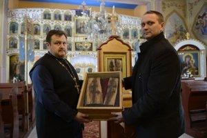 Vľavo správca pravoslávnej cirkevnej obce Zemplínska Široká Marek Gubík a vpravo člen kurátorskej rady pravoslávnej cirkvi v Michalovciach Marcel Bajusz s krížom.
