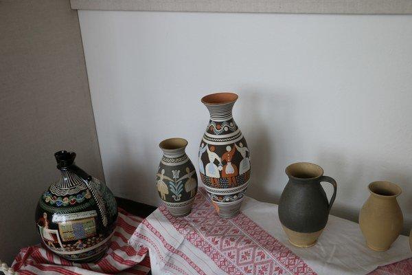 Čaro hliny. Výstava keramiky, obrazov itextílii vmalej galérií.