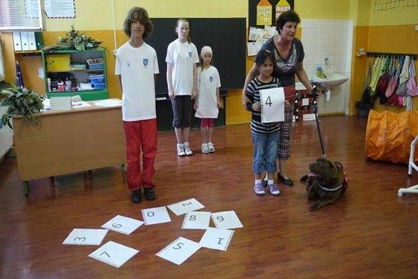 Helena Hudáková. Pomocou Caris vyučuje deti matematiku.