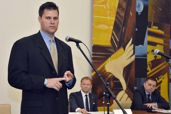 Predseda Theta Energy Group Sean McCarthy počas príhovoru pri podpise memoranda.