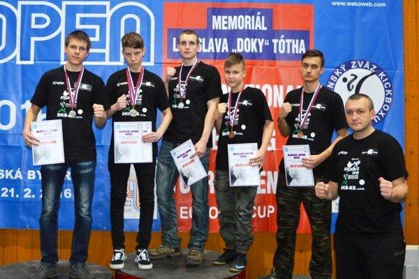Pod Urpínom získali šesť cenných kovov. Michalovskí kickboxeri strénerom Ľubošom Takáčom.