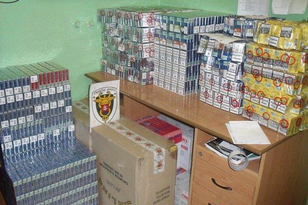 Takmer stotisíc kusov pašovaných cigariet objavili pri prekládke uhlia na širokorozchodnej trati na železnici v Maťovciach. Cigarety rôznych značiek boli označené ukrajinskými kontrolnými známkami.