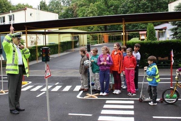 Centrálne dopravné ihrisko vmeste nie je. Na materských školách sú vybudované mini ihriská, kde sa vyučuje dopravná výchova.