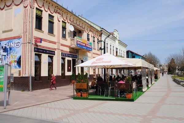 Letné terasy Michalovčania obľubujú. Radnica zatiaľ vyhovela 11 žiadostiam.