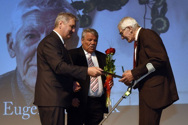 Predseda Správnej rady ÚPN Ondrej Krajňák (v strede) odovzdáva medailu Eugenovi Maščenikovi