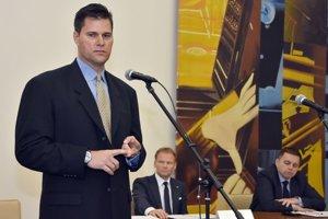 Predseda Theta Energy Group Sean McCarthy počas príhovoru pri februárovom podpise memoranda.
