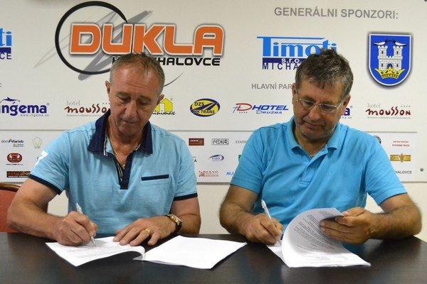 Pri podpise zmluvy. Vľavo Milan Staš, vpravo Alexander Černega.