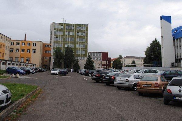 Miesto pre parkovací dom. Stáť by mal na parkovisku, ktoré sa nachádza medzi daňovým a okresným úradom. Dopravné napojenie  bude od severnej strany od Ul. A. Markuša.