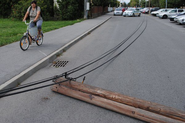 Spadnutý telekomunikačný stĺp. Dopadol na cestu a chodník na Jilemnického ulici. Našťastie nikoho nezranil.