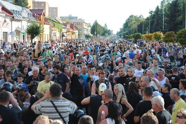 Medzinárodný motozraz. Prišlo vyše 4-tisíc motorkárov. Takto zaplnili centrum Michaloviec.