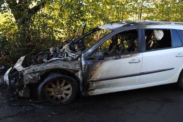Auto začalo horieť cestou do školy. Vodička a jej dcéra sa našťastie nezranili.