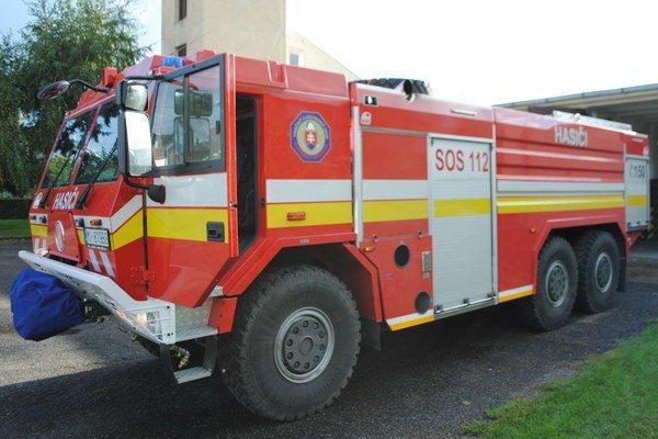 Špeciálne vozidlo. Hasičské auto je určené do ťažko prístupného terénu. Záchranári ho použijú aj pri povodniach.