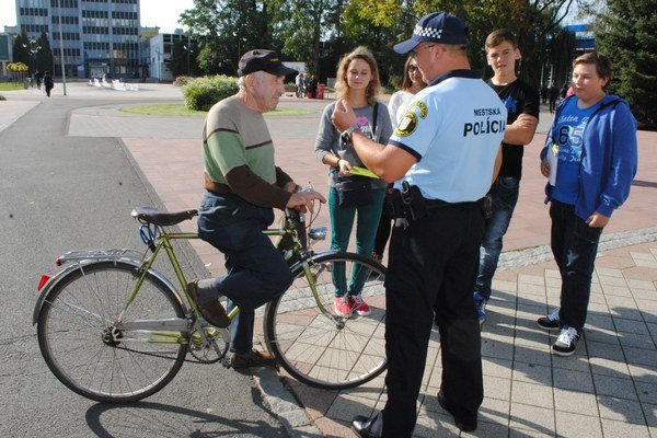 Policajná akcia. Mestskí policajti kontrolovali v centrálnej mestskej zóne cyklistov a rozdávali im reflexné prvky.