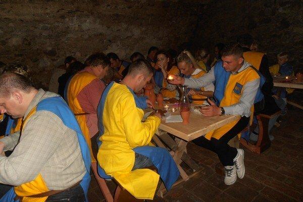 Stredoveká posvadobná hostina. Na Vinianskom hrade sa zabávalo 150 hostí v dobových kostýmoch. Vyhrávala dobová hudba, návštevníci hodovali v hradnej pivnici.